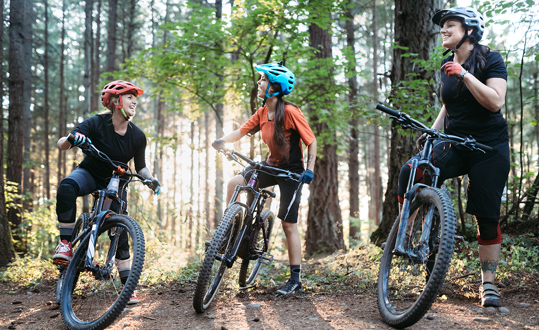 Frauen-Mountain Biking Team – Stockfoto | 855983674 ©iStock.com/RyanJLane